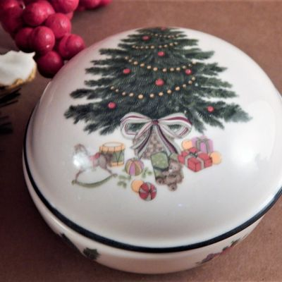 Mikasa Heritage Cabob Christmas Story Trinket Dish Round Holiday Covered Dish Vintage China Giftware